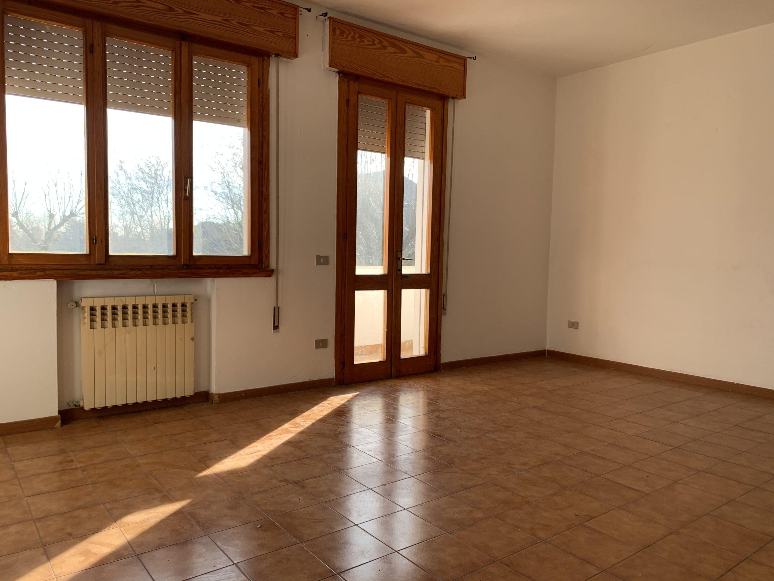 CASALSERUGO, proponiamo in vendita appartamento con due camere e studio